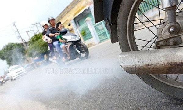 pô xe máy ra khói trắng