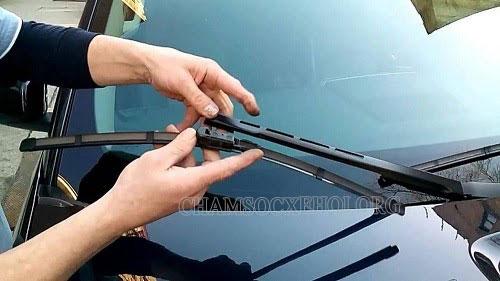 gạt nước rửa xe ô tô