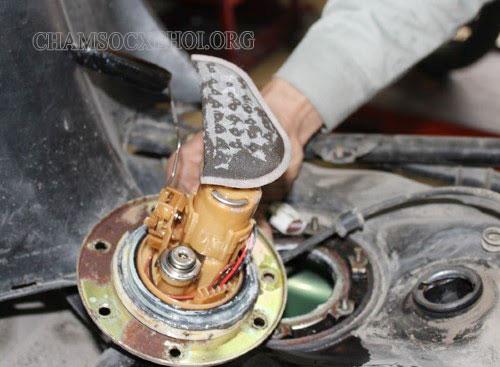 kiểm tra bơm xăng xe máy