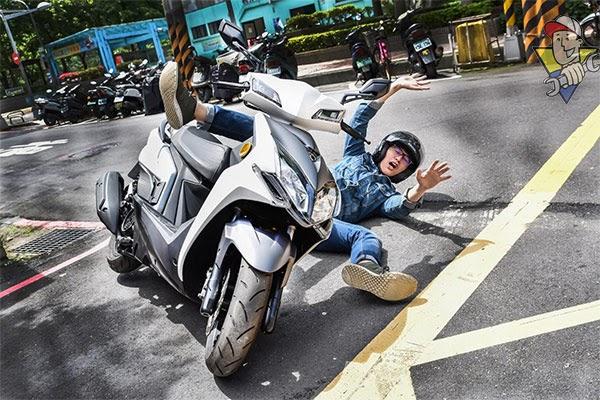 xe máy bị trầy xước nặng