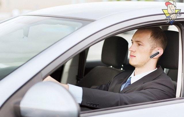 đeo tai nghe khi tham gia giao thông