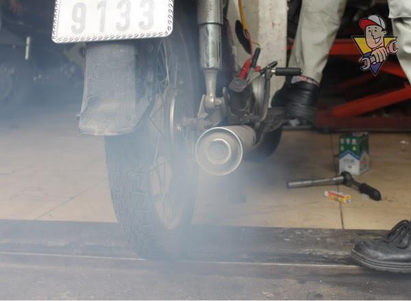 xe máy ra khói đen