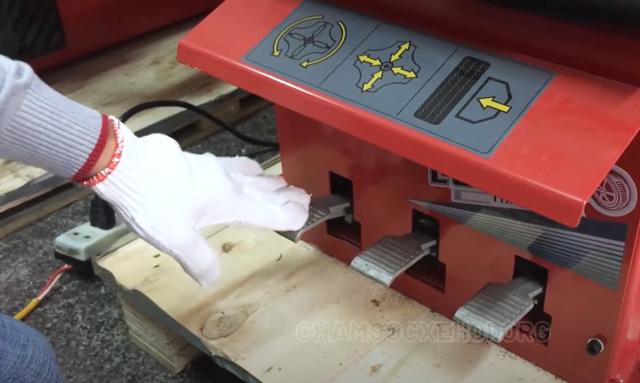 Nhấn vào bàn đạp để ép hết hơi trong lốp ra ngoài